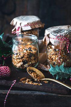 Toller Geschenke Tipp direkt aus der Küche. Einfach mal wieder etwas Selbstgemachtes verschenken – oder auch für sich selbst. Unser extra leckeres Weihnachts Granola ist schnell gemacht und hat diesen unverwechselbaren Geschmack von Weihnachten. Da möchte man einfach gerne teilen.