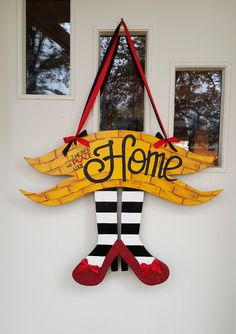 There's No Place like Home door hang, Wizard of Oz Inspired - Etsy - Dekoration Wizard Of Oz Wreath, Wizard Of Oz Decor, Slytherin, Burlap Door Hangings, Holiday Crafts, Holiday Decor, Fall Crafts, Wood Crafts, Diy Crafts