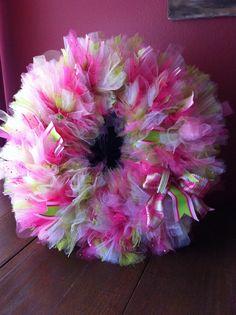 Tutu wreath on wire frame tutorial: tie bundles of tulle together! Tule Wreath, Tulle Wreath Tutorial, Fabric Wreath, Green Wreath, Tulle Fabric, Tulle Projects, Tulle Crafts, Wreath Crafts, Diy Wreath