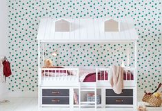 make the most out of a small bedroom for a child Wood Bunk Beds, Kids Bunk Beds, Cabin Beds For Kids, Playhouse Bed, Incredible Kids, Childrens Beds, Declutter Your Home, Bed Plans, Cool Beds