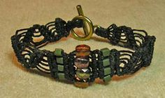 Beginner Macrame' Bracelet: Double Half Hitches at Sova-Enterprises.com Lots of free beading patterns and tutorials are available!