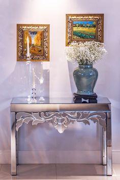 Versátil e fácil de ambientar, este Aparador Espelhado Lyon é ideal para compor sua decoração, bandeja bar e serviço de apoio para utensílios como taças, talheres e louças em geral. Revestido em espelho bisotado para levar elegância e originalidade ao seu ambiente. #Aparador #MovelEspelhado #LojaSoulHome