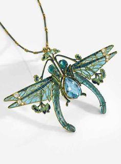 René Lalique - An exceptional Art Nouveau gold, translucent enamel, aquamarine, diamond and moulded glass pendant, 1902-1903. Designed as two confronting dragonflies clasping a pear-shaped aquamarine between their tarsi. Signed Lalique 5.5 x 9cm. #Lalique #ArtNouveau