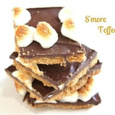 Smores Toffee - The creator of this recipe calls it Toffee.kind of more like Smores 2 Go! but either way who doesn't love smores! Candy Recipes, Sweet Recipes, Dessert Recipes, Just Desserts, Delicious Desserts, Yummy Food, Eat Dessert First, Dessert Bars, Yummy Treats