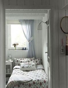 Boutique de la Mer: French Seaside Style in a Swedish Cottage Home Style Cottage, Swedish Cottage, Cottage Homes, French Cottage, Coastal Cottage, Home Bedroom, Bedroom Decor, Bedroom Ideas, Eaves Bedroom