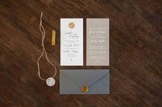 Hochzeitseinladung aus zwei Flachkarten, mit Logoanhänger rund und grauem Briefumschlag mit goldenem Siegel