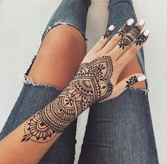 Henna tattoo design inspiration Bracelet body art The post Henna tattoo design inspiration Bracelet body art appeared first on Woman Casual - Tattoos And Body Art Henna Tattoo Designs, Henna Tattoos, Mehndi Designs, Henna Tattoo Muster, Henna Inspired Tattoos, Pretty Henna Designs, Simple Henna Tattoo, Henna Tattoo Hand, Henna Body Art