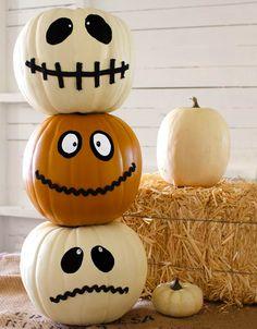 #Pompoenen gezichten: een klassieker met #Halloween. Maak het jezelf gemakkelijk door de ogen en monden erop te plakken ipv de pompoenen uit te snijden