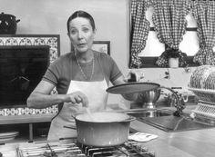 La gastronomía española debe mucho a Elena Santonja, fallecida hoy a los 84 años  ella dirigió el primer espacio televisivo en el que se guisaban platos y fascinó a toda una generación de cocineros y cocinillas.
