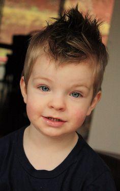 coiffure moderne pour petit garçon à effet mouillé