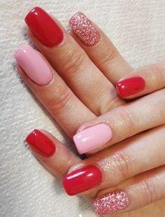 Unghie corallo con anulare rosa e indice con glitter rosa