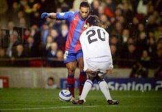 Śmieszna reakcja defensora kiedy przy piłce był słynny Brazylijczyk • Tak reagowali obrońcy przed Ronaldinho Gaucho • Zobacz więcej >> #ronaldinho #football #soccer #sports #pilkanozna