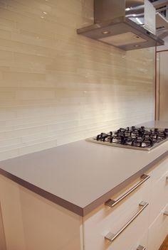Totally sophisticated cream matte and glossy tile backsplash. Glass Tile Backsplash, Kitchen Backsplash, Glass Tiles, Backsplash Ideas, Paint For Kitchen Walls, Kitchen Wall Colors, Life Kitchen, Kitchen Reno, Kitchen Remodel