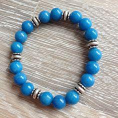 Armband van 8mm wolkblauw jade met metalen sierkralen. Van JuudsBoetiek, €8,00. Te bestellen op www.juudsboetiek.nl.