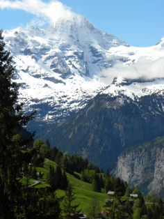 Gorgeous views overlooking the Lauterbrunnen valley from Wengen, Switzerland. More on hikes and itineraries in this area: http://bbqboy.net/great-hikes-and-stunning-views-in-lauterbrunnen-and-the-berner-oberland-switzerland/  #eider #Switzerland  #hikes