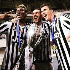 Paul #Pogba Leonardo #Bonucci e Mario #Mandzukic con la Supercoppa