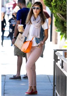Just like Jessica Alba, we love a fearless colour combination. Orange + pale pink + a denim vest? Sure, why not!