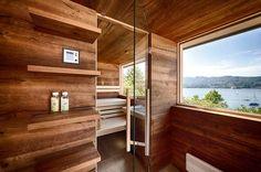 Außensauna mit Vorraum und Regalen sowie Sitzbank und Blick auf den See Outdoor Sauna, Modern, Stairs, Wellness, House Design, Room, Furniture, Home Decor, Dolphins