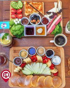 Breakfast Basket, Breakfast Platter, Breakfast Presentation, Food Presentation, Food Design, Turkish Breakfast, Vegetarian Menu, Food Platters, Food Decoration
