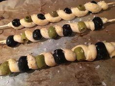 Kynuté česnekové těsto, které je jemné jako pavučinka lahodně splyne s chutí olivy. Pokud máte rádi olivy a česnek, určitě to musíte vyzkoušet.