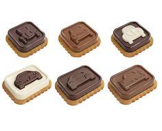 Excelente para fazer bombons de chocolate originais, biscoitos com chocolate e muitos outros doces.Fabricado em silicone flexível de excelente qualidade e resistente ao calor.O chocolate não adere e é fácil de desenformar.Incluído com dois corta massas para fazer biscoitos e um prático suporte empilhável para poupar espaço.Adequado para o congelador, frigorífico, micro-ondas e máquina de lavar louça.Receitas no interior da embalagem.