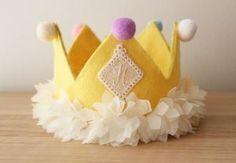 この画像のページは「バースデーパーティをいい思い出に!!『王冠』の作り方とは!?」の記事の4枚目の画像です。黄色いお花の王冠☆黄色いフェルトとお花が可愛さ満点の王冠です☆ 定番のフェルトの王冠がより可愛さアップしていますね!!! カラフルなポンポンもとてもキュート♡ お子さんも喜んでくれそうですね!!関連画像や関連まとめも多数掲載しています。