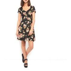 Innocence - Robe d'été noire boutonnée à l'avant et imprimé floral
