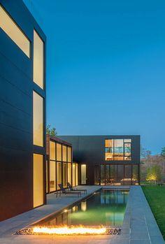 Arquitetura Geométrica Contrastando com Paisagem Plana-piscina durante a noite