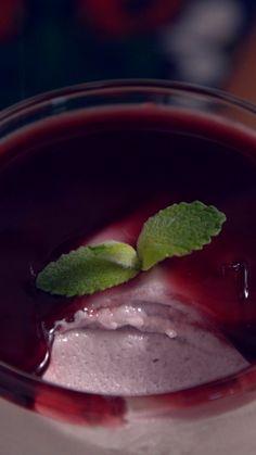 Aprenda a preparar essa diferente e deliciosa receita de mousse de vinho tinto!