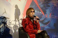 YOSHIKIがクリスマスに六本木でトークショー開催! 「クリスマス・イブは友達のLUNA SEAのライブを見に行きました。静かにドラムを叩くわけにはいかない・・・」鉄拳がスペシャルゲストで登場しYOSHIKIを描いた画をプレゼント!?