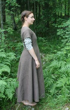 Jan 2020 - This Pin was discovered by Stacy \ Medieval Dress Pattern, Gown Pattern, Simple Medieval Dress, Historical Women, Historical Clothing, Simple Outfits, Simple Dresses, Viking Clothing, Medieval Peasant Clothing