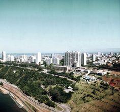IICT web_n6382 - A orla nascente de Lourenço Marques, cerca de 1971. Aqui vê-se as barreiras da Polana, a Estrada Marginal, A Estrada do Caracol e a Polana. À esquerda da fotografia fica o Clube Naval e à direita o Hotel Polana.