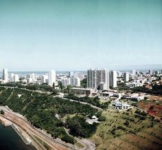 A orla nascente de Lourenço Marques, cerca de 1971. Aqui vê-se as barreiras da Polana, a Estrada Marginal, A Estrada do Caracol e a Polana. À esquerda da fotografia fica o Clube Naval e à direita o Hotel Polana.