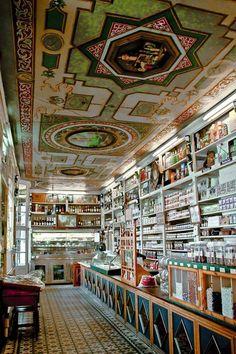 """""""La confianza"""" la tienda de ultramarinos más antigua del mundo. ---Huesca . España"""