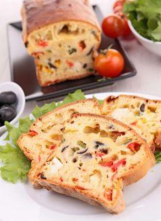 Paprykę pokroić w paski i poddusić Oliwki na pół i dodać do papryki. Mąkę wymieszać z proszkiem, dodać jajka, mleko, oliwę, zioła i sól, pieprz. Wszystko wymieszać energ łyżką. Do powstałego ciasta dodać pokrojony w kostkę ser i wymieszać. Do blaszki keksowej wyłożonej papierem wlać część ciasta, na ciasto wyłożyć część papryki z oliwkami, następnie znów ciasto i paprykę z oliw i znowu ciasto. 200°C 45 minut.