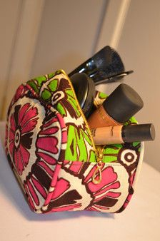 Fait à la main à la perfection - pochette à maquillage cet imprimé africain est un must-have pour la femme d'aujourdhui.  Cet article dispose :  Fermeture à glissière supérieure En forme de rectangle Entièrement doublé   Dimensions (toutes les mesures sont en pouces) Largeur - 3,8 Hauteur - 4, 5 Longueur - 7,5  Fait à la main au Ghana, Afrique de l'ouest