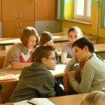 9 stycznia na odbyły się prace nad Kodeksem 2.0, który pierwszy raz zaprezentowaliśmy na Targach w grudniu. Razem z nauczycielkami biorącymi udział w programie oraz panią, która to koordynuje zabraliśmy się do pracy podczas naszych lekcji. Każda z klas 4-6 podzieliła się na grupy, otrzymała pierwszą wersję Kodeksu, dodatkowe propozycje oraz kartki, na których każdy uczeń lub cała grupa mogła dopisać jeszcze swoje propozycje. Dyskusja w grupach była czasem gorąca.