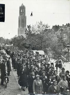 Afbeelding van de stoet, op de Oudegracht te Utrecht, tijdens de vierde internationale Vrouwen Vredesgang. 1937