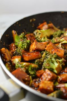how to stir fry Pan fried Tofu and Broccoli Stir Fry recipe that is so easy to make. This super simple dish makes the perfect weeknight dinner idea. Stir Fry Vegan, Healthy Stir Fry, Stir Fry With Tofu, Vegetarian Stir Fry, Pan Fried Tofu, Crispy Tofu, Vegan Fried Rice, Vegetarian Recipes, Cooking Recipes