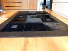 Tapis sur-mesure peau de vache et cuir - leather and cowhide bespoke rug  #tailormade #handmadefurniture #carpet #Teppich #black #noir #schwartz #decoration #accessoire #homedecor #hiderug  www.norki-decoration.com