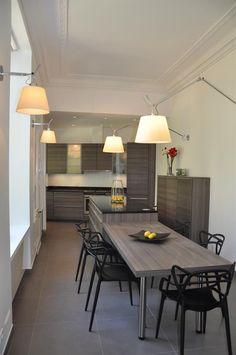 Kitchen open to the dining room with kartell chairs and original lighting in domozoom.com | Cuisine ouverte sur la salle à manger avec des chaises Kartell un éclairage original