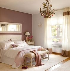 Belle chambre à coucher romantique avec lustre baroque