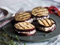 Eggplant sandwich with olive feta cream Healthy Grilling, Easy Healthy Dinners, Grilling Recipes, Snack Mix Recipes, Yummy Snacks, Yummy Food, Feta, Protein Snacks, Healthy Treats