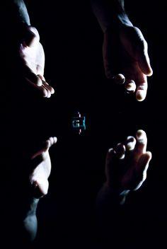 """Kiss & Cry è un appuntamento da non perdere. Michèle Anne De Mey (coreografa di fama internazionale) e Jaco Van Dormael (regista cinematografico di pellicole pluripremiate come """"Mr. Nobody"""" e """"Dio esiste e vive a Bruxelles"""") firmano questa originale creazione al confine tra danza e cinema. Foto di Maarten Vanden Abeele. #VIEFestival2016 #emiliaromagnateatro #jacovandormael #micheleannedemey #festival #modena #bologna #carpi #vignola #visualart #finger #installation #movie"""