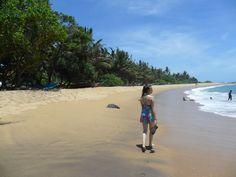 Marie läuft am Strand von Mirissa lang