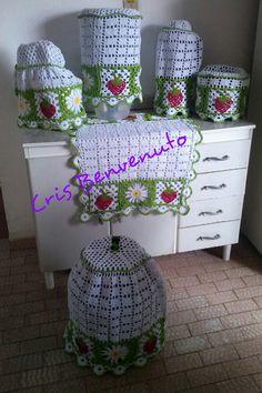 Kit com 6 peças  1 capa para butijão de gás  1 capa para batedeira  1 capa para liquidificador  1 capa para panela de arroz  1 capa para galão de água de 20 litros  1 toalha para fogão    Feito em barbante branco e linha anne Crochet Diy, Crochet Home Decor, Crochet Hats, Crochet Table Runner Pattern, Crochet Tablecloth, Crochet Kitchen, Beautiful Crochet, Diy And Crafts, Crochet Patterns
