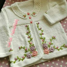 This Pin was discovered by HUZ Knitted Baby Cardigan, Baby Pullover, Crochet Baby, Knit Crochet, Baby Sweaters, Baby Knitting Patterns, Vogue Knitting, Baby Dress, Hand Embroidery