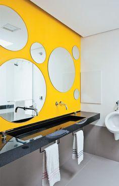 Banheiro com parede amarela