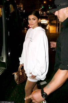 Inspirations of Kylie Jenner's Outfit for Your Casual Day - Femalikes Kendall Jenner Outfits, Kendall E Kylie Jenner, Trajes Kylie Jenner, Looks Kylie Jenner, Kyle Jenner, Kylie Jenner Style, Kylie Jenner Photoshoot, Kylie Jenner Instagram, Estilo Khloe Kardashian