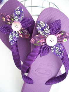 {PURPLE} very cutely decorated flip flops Purple Love, Purple Shoes, All Things Purple, Shades Of Purple, Magenta, Colchas Quilting, Flip Flop Craft, Decorating Flip Flops, Purple Reign